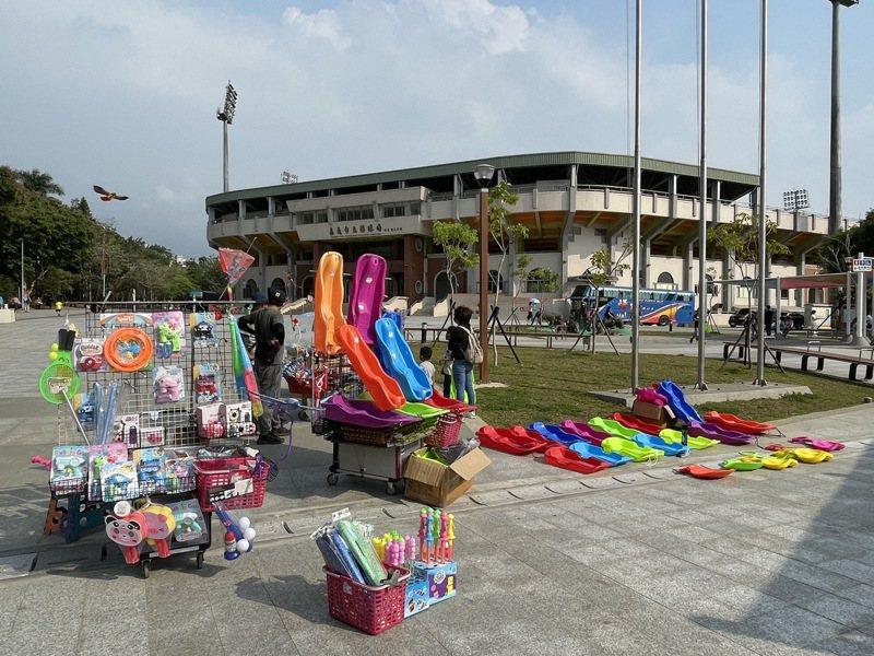 嘉義市棒球場周邊近期出現不少攤販。圖/嘉市議員鄭光宏提供