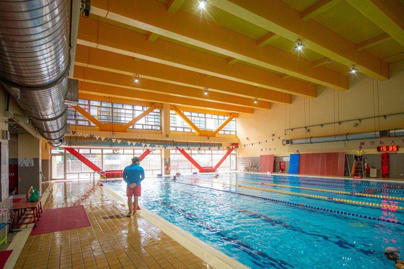 桃園市府宣布即起公立泳池停業,委外經營的學校泳池和國民運動中心也比照辦理。圖/桃園市府提供