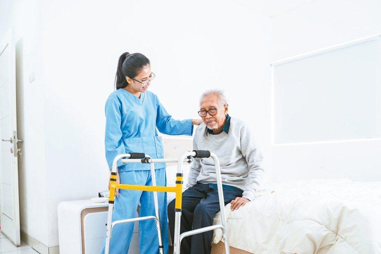 針對急性腦中風病人,護理的目標在於透過護理照護標準化,降低失能及合併症,提高復健...