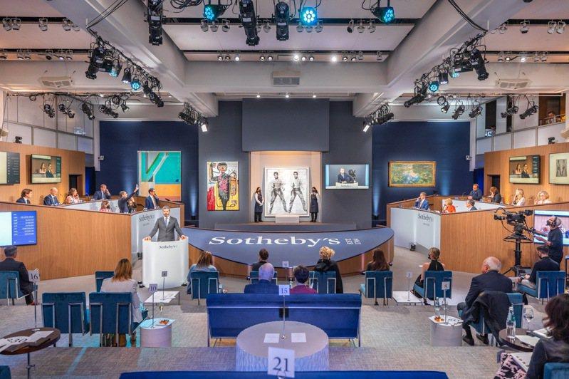 印象派大師莫內(Claude Monet)巨幅睡蓮畫「睡蓮池」,12日晚間於紐約蘇富比「印象派及現代藝術晚拍」中,拍出7040萬美元(約台幣20億)的驚人天價。圖/蘇富比提供