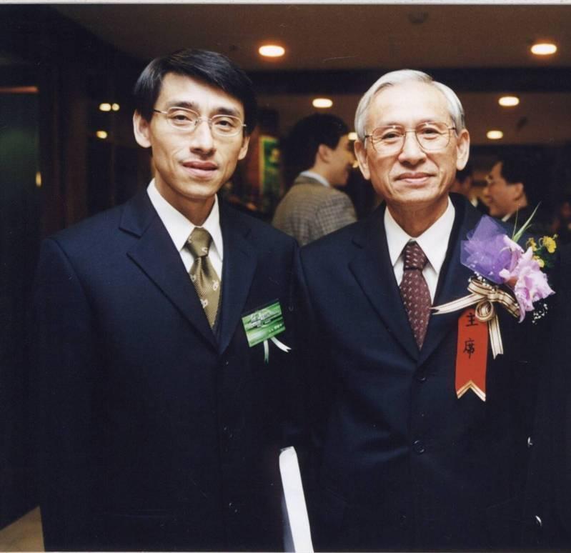 圖說一:秀波集團創辦人邵天泰(圖右)與董事長邵俊中(圖左)於公司30周年慶時的合影。