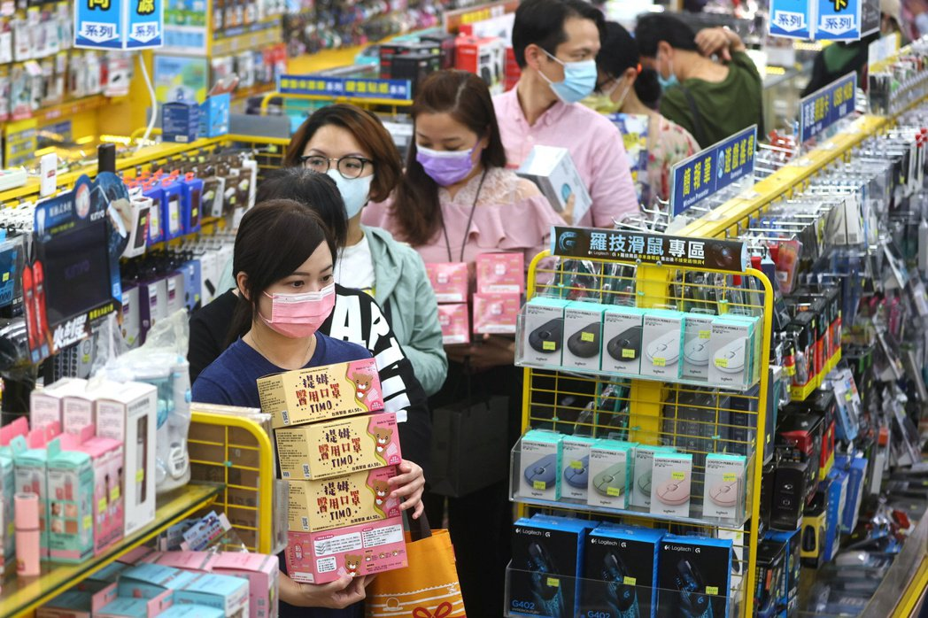 近日出現多起本土確診案例,由於感染源不明再加上多線開展,一時之間讓台灣社會陷入焦慮的氛圍中。 圖/路透社