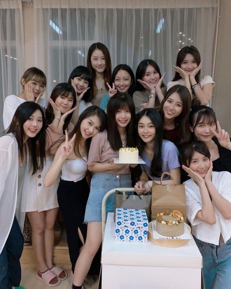 香港一名服飾業女老闆PO出女員工幫她慶生的照片,14人通通都是正妹,讓台港兩地網友驚艷不已。 圖/翻攝自wwhitetale IG