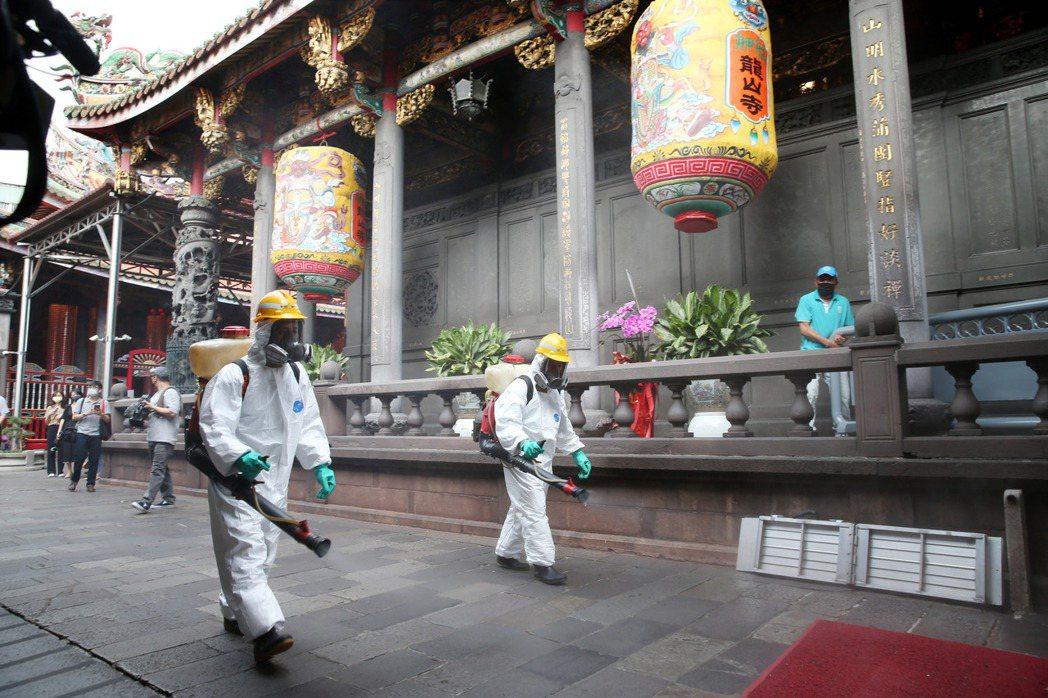 萬華出現群聚案後,環保局人員於5月12日在龍山寺周邊進行消毒。 圖/聯合報系資料照