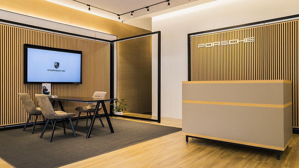 Porsche NOW Tainan內部空間規劃則大量採用暖色調的木質建材,加上...