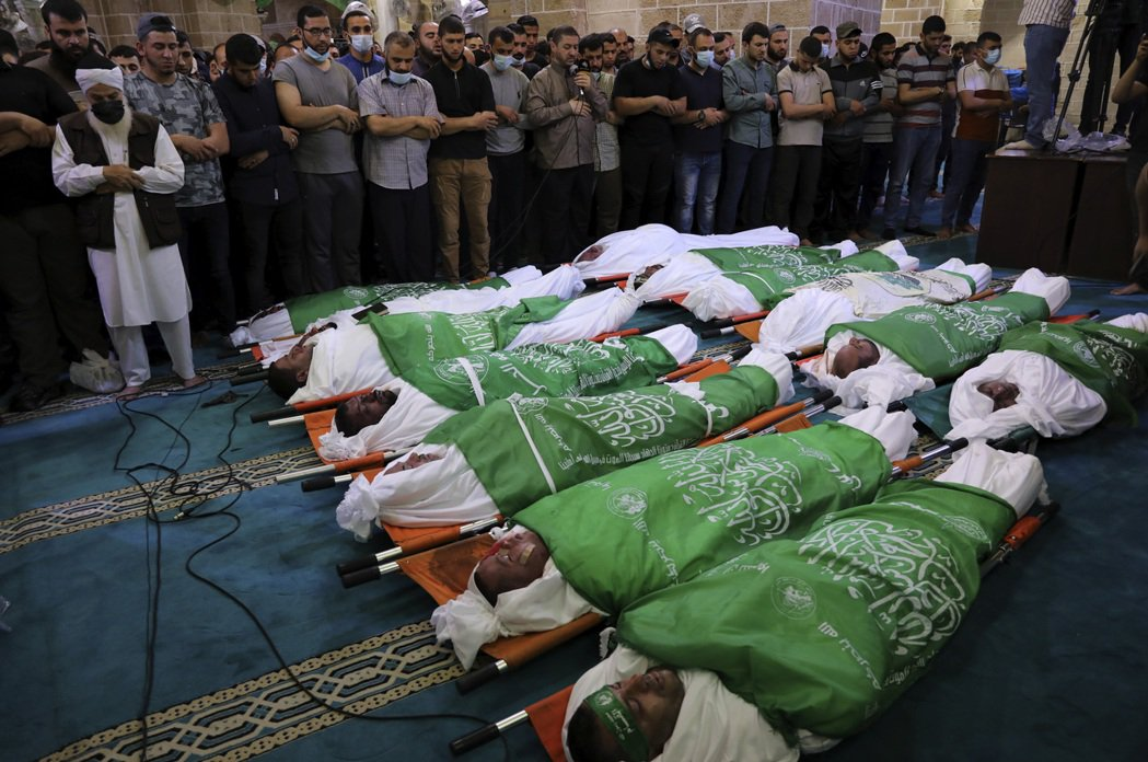 圖為在加薩的清真寺裡,人們為死去的哈瑪斯戰士祈禱。 圖/美聯社