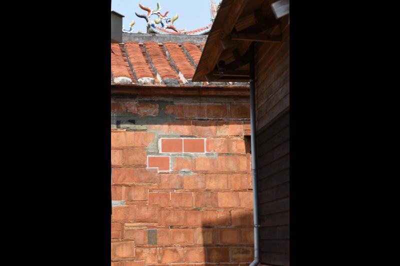 北埔古蹟修復時,斗子砌外觀用了新的紅磚,不過卻缺少古樸特色,此刻若有良好的舊磚可能是更佳的選項。 圖/作者自攝