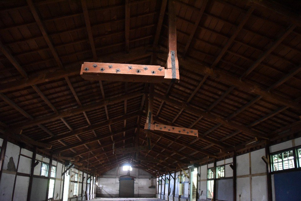 花蓮吉安菸葉廠遲遲未文資審議,內部檜木多次被偷竊。 圖/花蓮文資團體提供