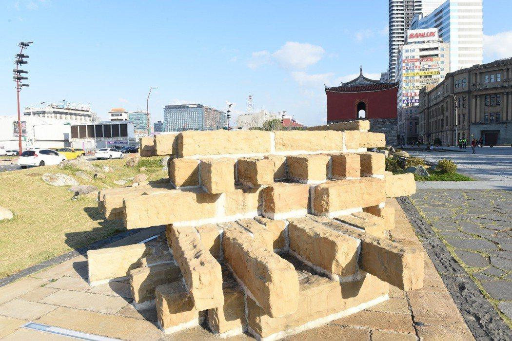 北門古蹟修復展示設計並沒有採用回收的唭哩岸石,而是用中國進口的黃砂岩魚目混珠。 圖/作者自攝