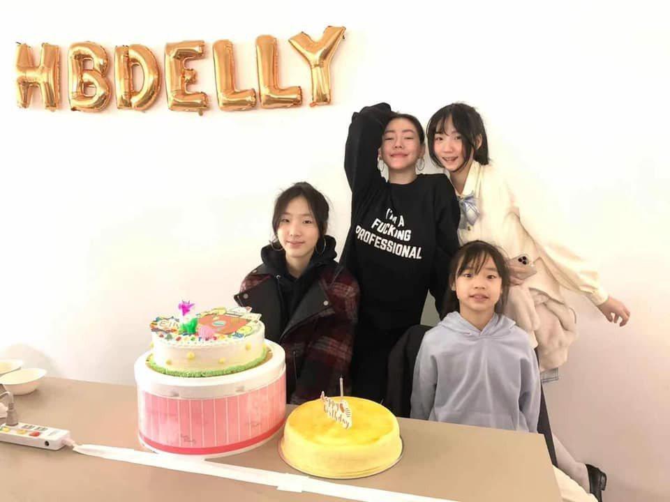 小S與三個女兒。 圖/擷自小S臉書