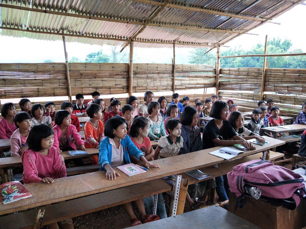 當地教育環境較為困苦,但學生都很珍惜讀書的機會。 圖/林語珊提供