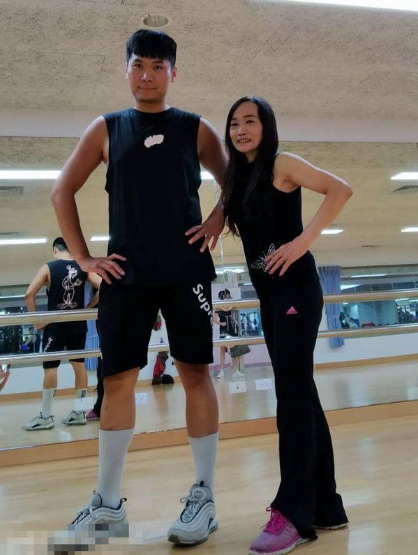 洪素妙(右)1周2次上有氧舞蹈課程,而且選擇快節奏,展現活力。 圖/洪素妙提供