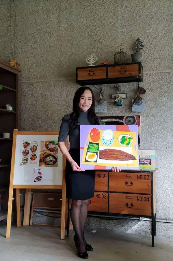 洪素妙暇餘學畫,菁饌園餐廳裡陳列的烤鰻魚定食畫作,就是出自於她的手筆。 圖/洪素...
