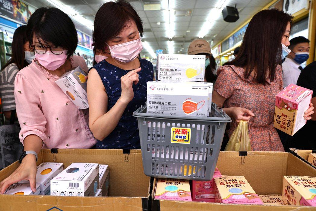 面對這一波最嚴峻的台灣本土疫情考驗,最關鍵也最重要的,依然是依靠大家能團結並且配合防疫指揮中心的規範。 圖/路透社