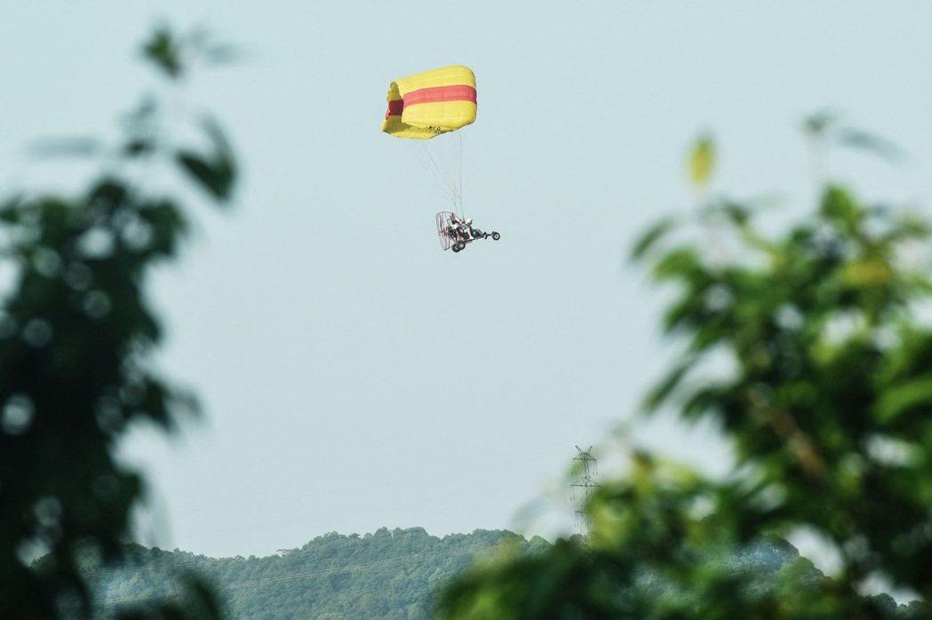 圖為相關單位出動降落傘來尋找第三隻金錢豹的蹤影。 圖/法新社