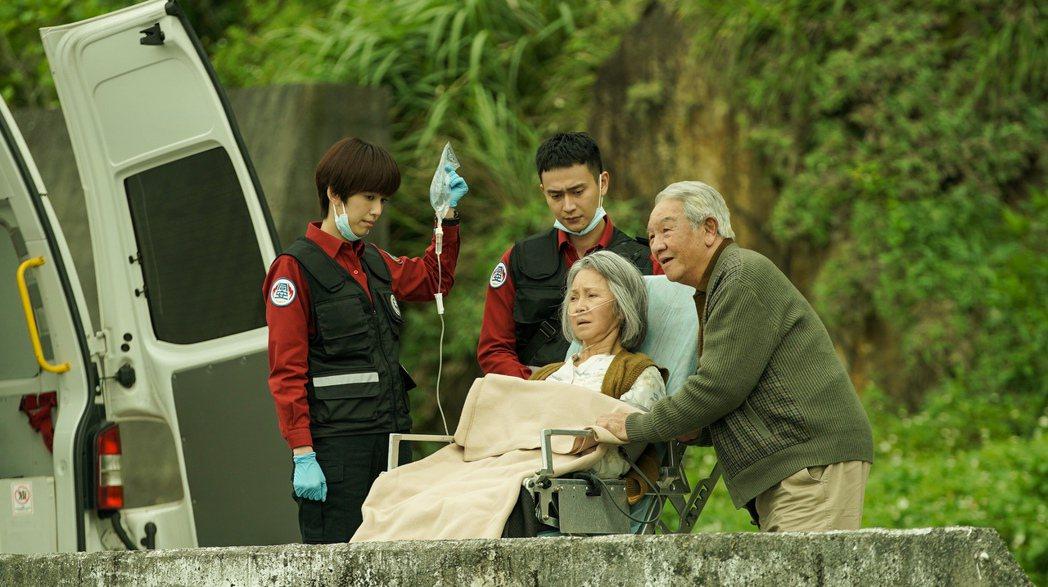 丁強(右起)、李璇、劉冠廷、陳庭妮演出「火神的眼淚」,老奶奶看海這幕令人動容。圖...