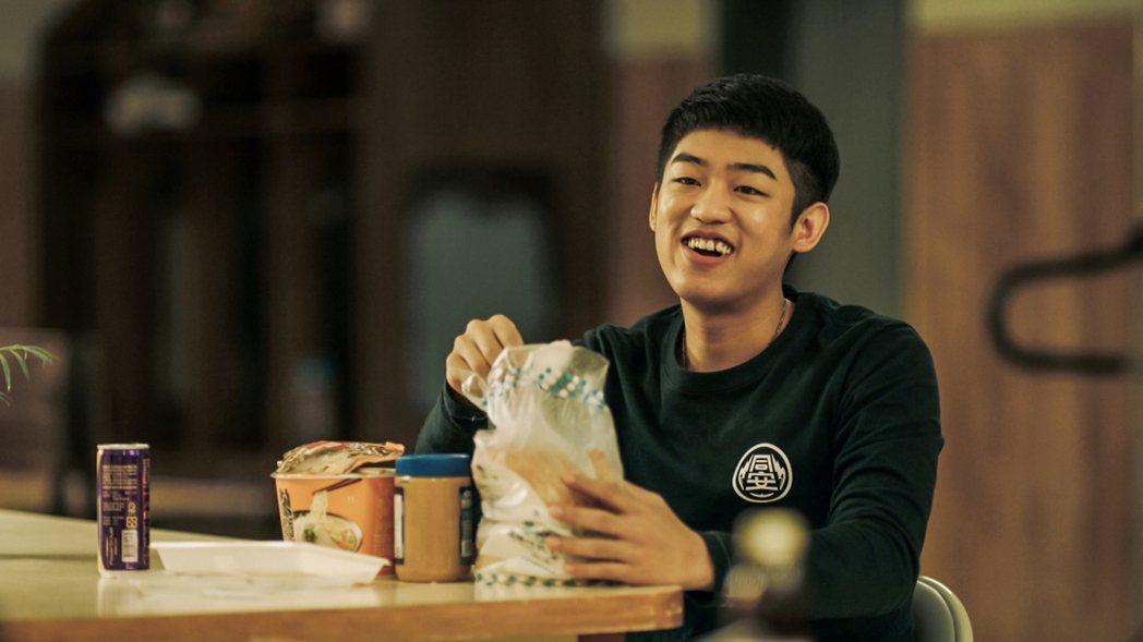 謝章穎飾演菜鳥消防員,在劇中吃不停。圖/公視、myVideo提供