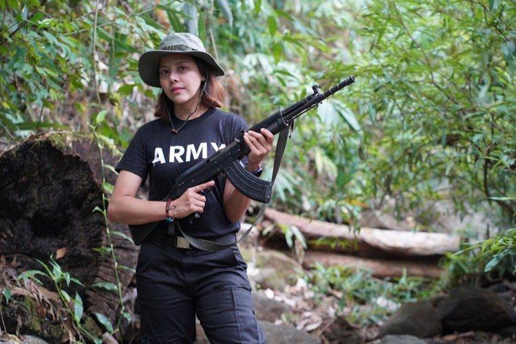 緬甸前選美皇后Htar Htet Htet在自己的臉書上傳了一張拿著突擊步槍的照...