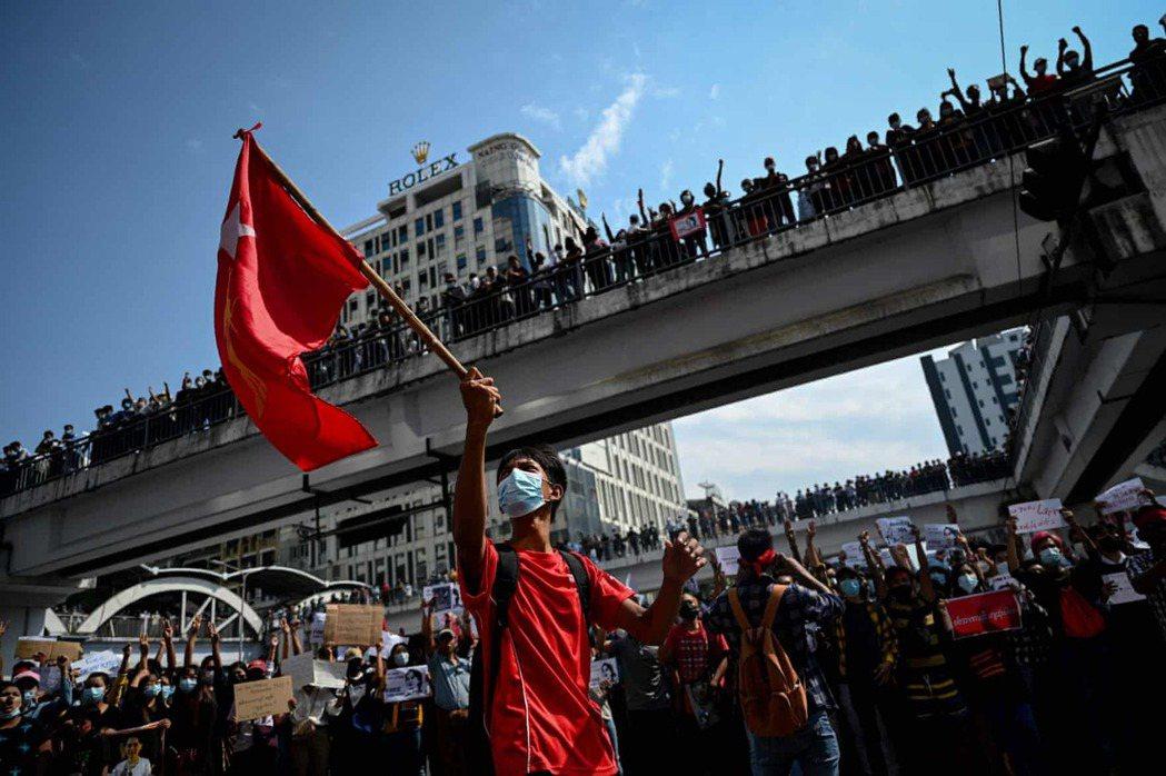 「公民的不服從運動還能持續多久?」圖為2月8日聚集在仰光抗議的示威者。 圖/...