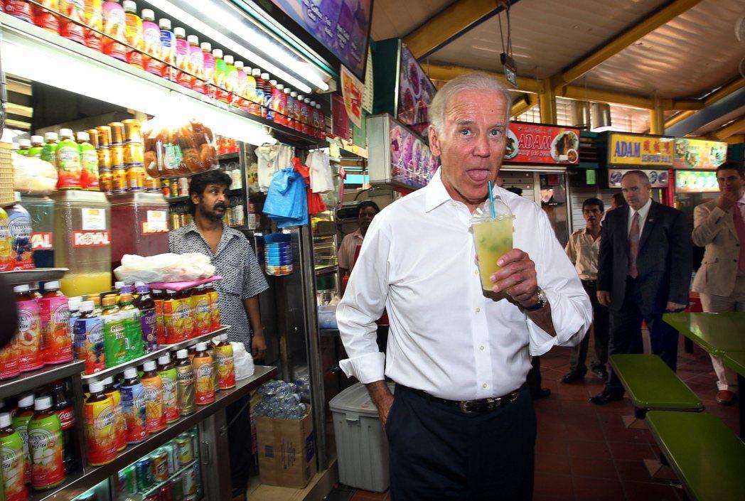 2013拜登訪新加坡喝飲料。 圖/美聯社