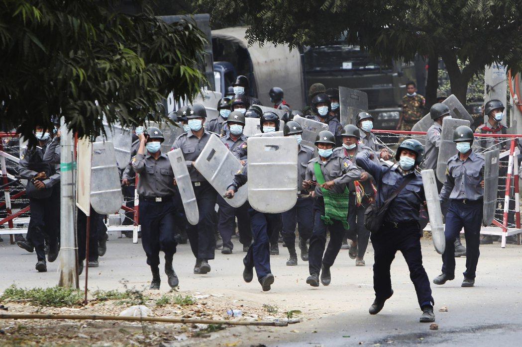 圖為2月20日,在曼德勒驅散示威者的緬甸警察。 圖/美聯社