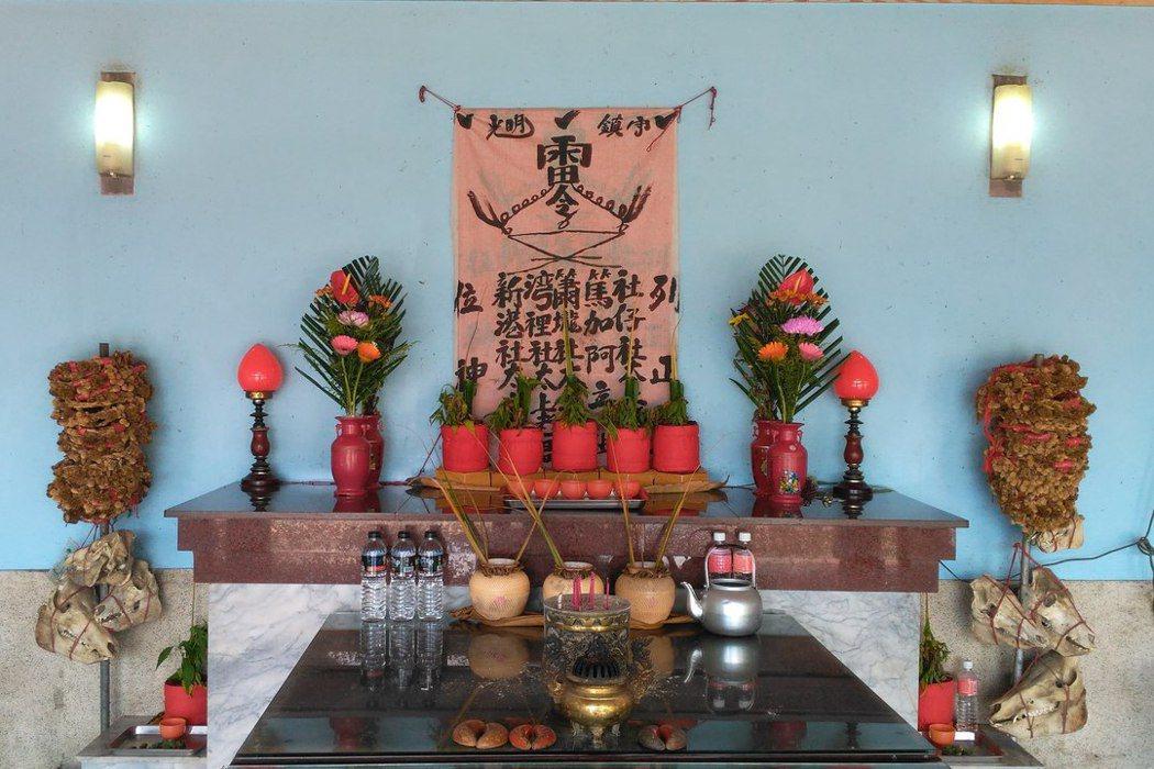 台南大內頭社公廨(太上龍頭忠義廟)奉祀的五位神祇令旗。 圖/維基共享