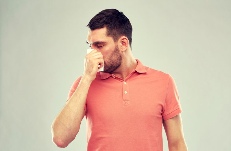 一名網友分享,自己只有鼻塞症狀,沒想到卻確診新冠肺炎。 示意圖/ingimage