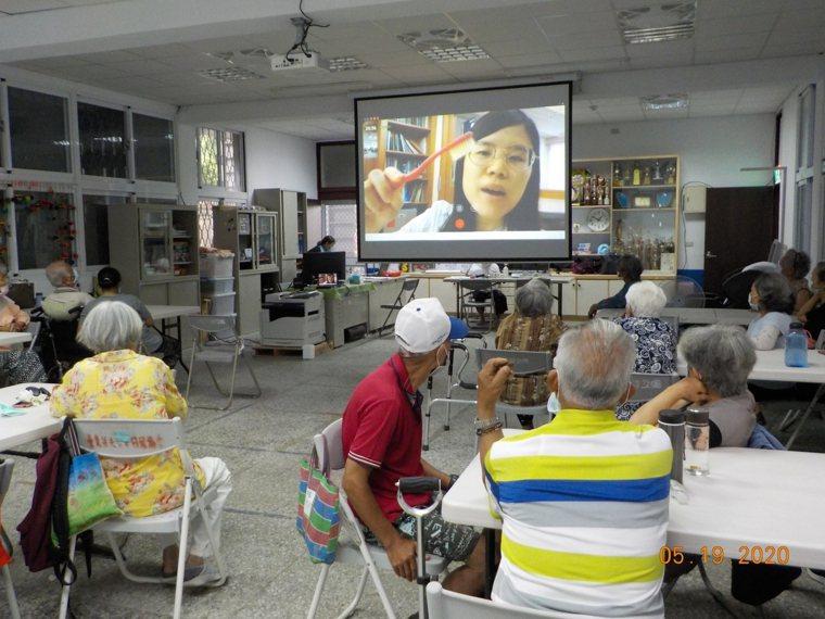 WaCare在據點開辦手機課程,提前教導老人家能在家中用手機「隔空」與健康專家、...