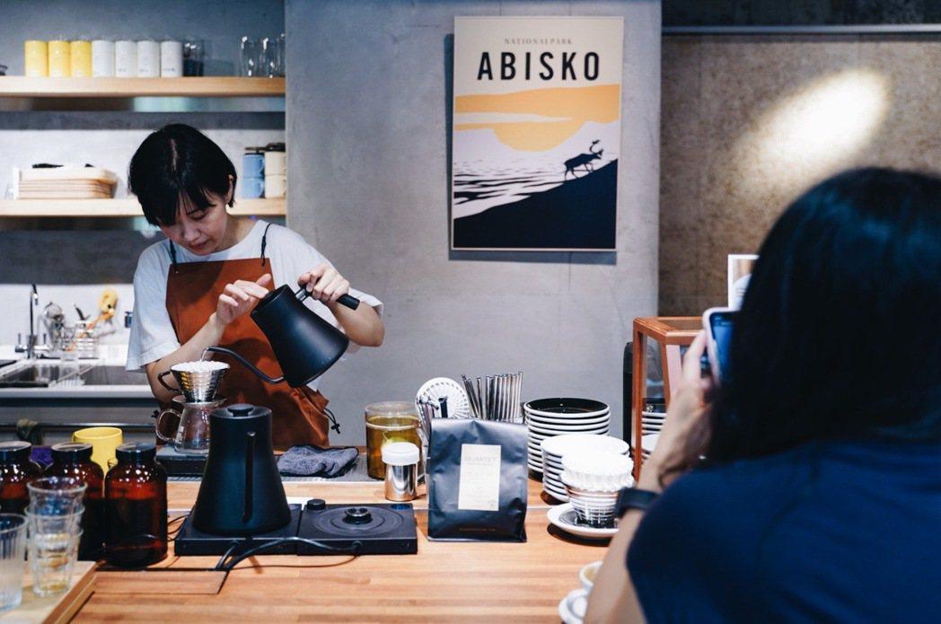 boven cafe老闆阿川採取會員制,會員繳交費用後,可以預約時段來此享受知識...