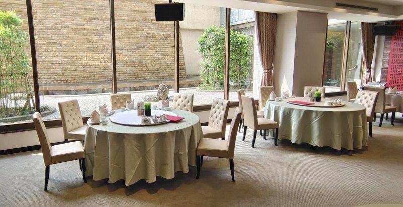 餐廳有大片採光,落地窗外是瀑布與竹林的日式造景,讓人用餐時光心曠神怡。 徐谷楨/...