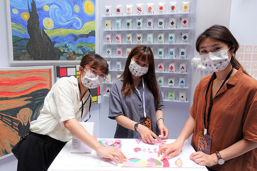 中原商設學生以「PILLOW」設計新黏土品牌,更創作黏土「推畫」。 中原大學/提...