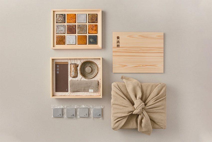 具有獨特觀點的作品「養銹曆」,將生活中常見的「鐵銹」轉化為日本茶道般典雅細緻的工...