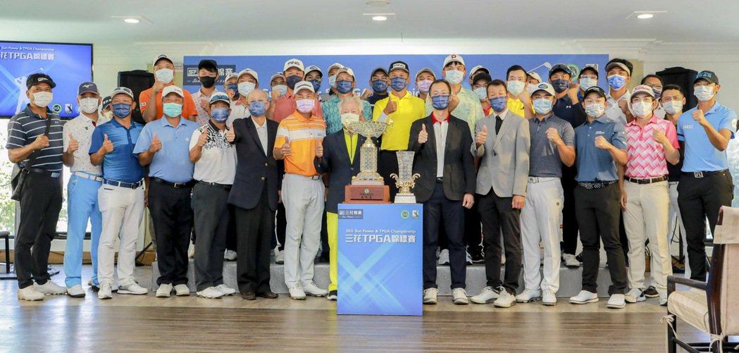 台灣高爾夫俱樂部會長紀文豪(左起)、陳志忠、三商翁肇喜、三花棉業總經理施養謙、T...