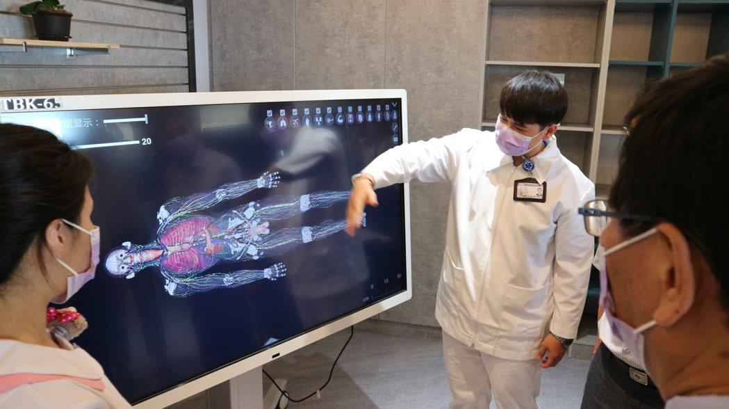 示範「實務與科技結合之實虛臨床擬真教育」設備。輔英/提供。