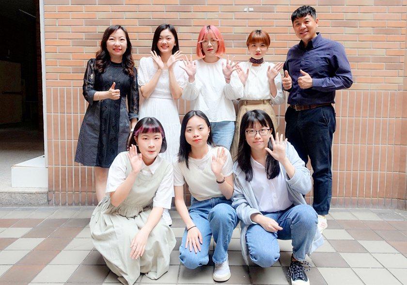 視傳系「神明衫」學生團隊與指導老師黃致倫、陳建勳。 中國科大/提供