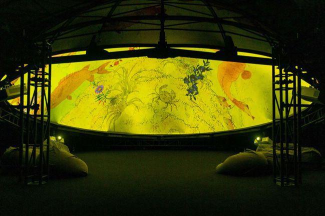 盧明德,《花間迷走》,2021,球幕影像裝置,尺寸依場地調整,5分鐘。(圖/台北...