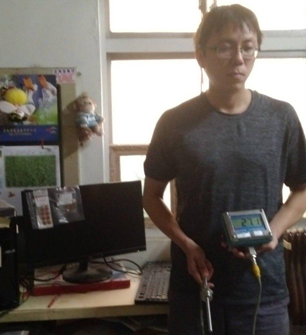 祥禾企業行課長許志銘展示Digi-Stem數字溫度顯示/傳送器與不可逆溫度記錄貼...