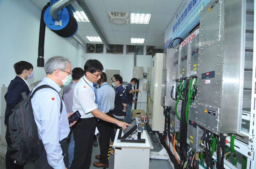 船舶中心執行長周顯光(第二排右一)介紹現場設施特色。 船舶中心/提供