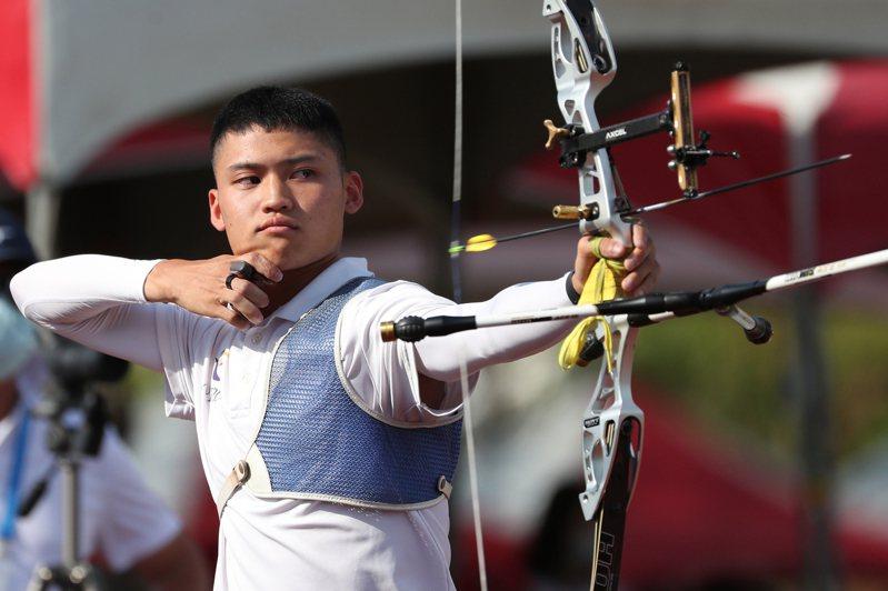 射箭好手湯智鈞代表台北大學出征,14日在110全國大專校院運動會公開男生組射箭反曲弓個人對抗賽決賽,以6比5擊敗對手,拿下冠軍。中央社