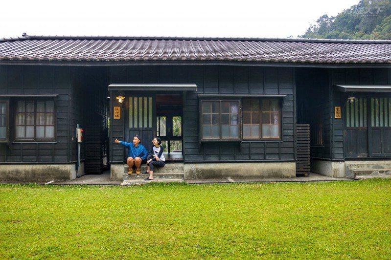 日式復古的一排宿舍被遠方山景與翠綠草皮綠意包圍,就像回到鄉下的家。