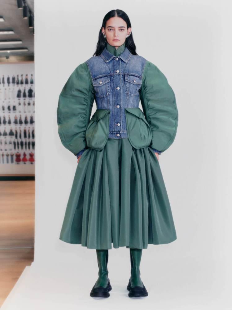 水藍色丹寧外套拼接了MA1軍裝外套衣袖相當搶眼,腰間卡其綠絲綢織花口袋則顯得俏皮...