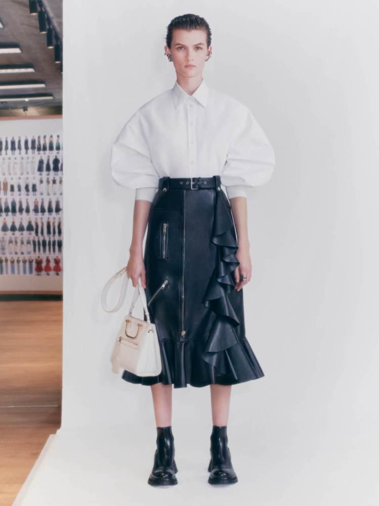 黑色皮革鐵騎士半截裙飾有荷葉邊,具有品牌辨識度。圖/Alexander McQU...
