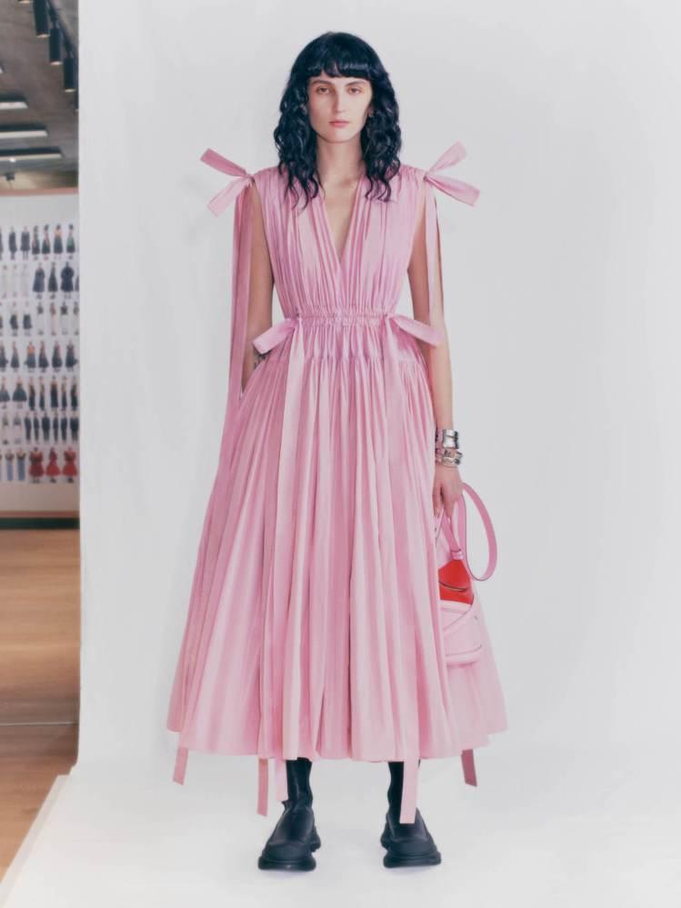 粉紅色塔夫綢低胸V領露繫繩連身裙,點綴了標誌性的束褶、束帶設計。圖/Alexan...