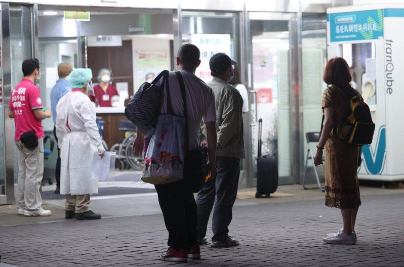 北市衛生局證實聯醫和平醫院通報兩名住院病患確診,台北市政府深夜派出防疫巴士,於和平醫院急診,接醫護同仁赴防疫旅館隔離。記者曾吉松/攝影