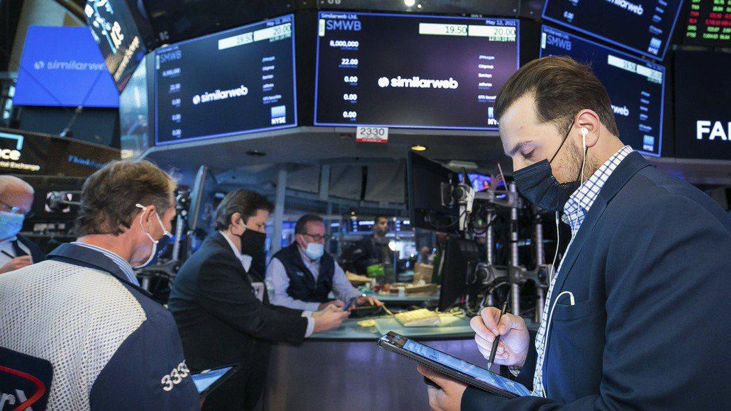 通膨對美股是利多還是利空,華爾街有兩派看法。美聯社