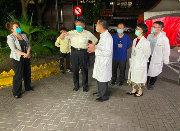 台北市長柯文哲今上午八點半,與衛福部長陳時中開會。柯文哲臉書表示,「不要恐慌、目...