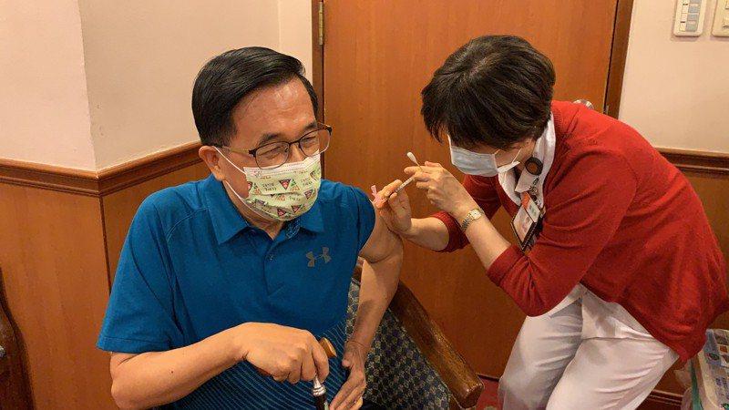 疫情升溫,最近公費及自費疫苗施打變夯,前總統陳水扁昨也完成接種。記者王昭月/翻攝