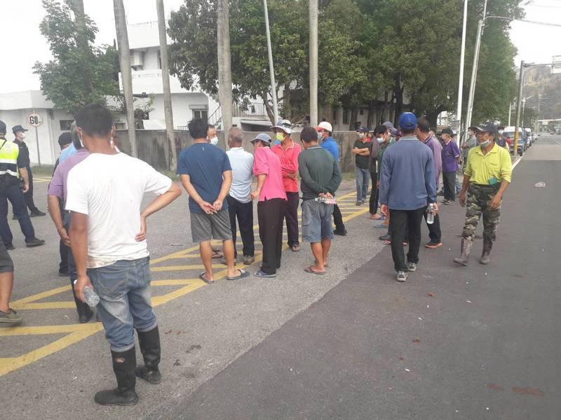 台中大甲部分農民指控位於苗栗縣三義鄉鯉魚潭村的一家化工廠排放廢水影響他們的芋頭作物,上午多人到廠前抗議。圖/讀者提供