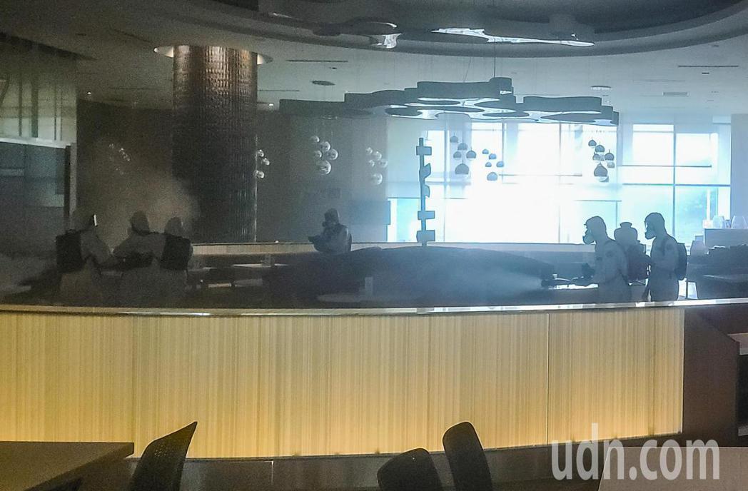 華航諾富特飯店在淨空16天後,化學兵群上午在餐廳噴撒消毒藥水。記者鄭超文/攝影