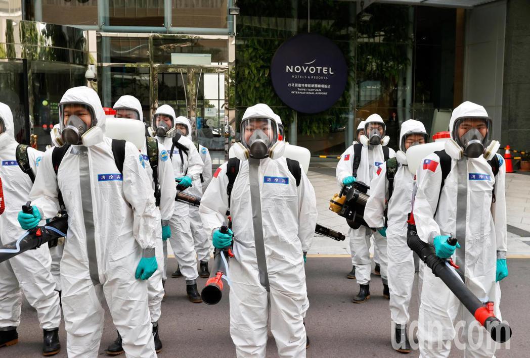 華航諾富特飯店在淨空16天後,化學兵群上午出動60員兵力進行消毒。記者鄭超文/攝...